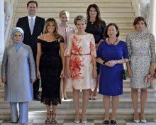 El hombre que se coló en la foto de primeras damas de cumbre de la OTAN